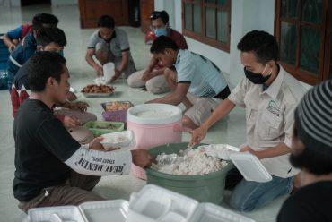 Relawan Muhammadiyah  Sikka Buat Dapur Umum Suplai Makanan Penumpang KM Lambelu